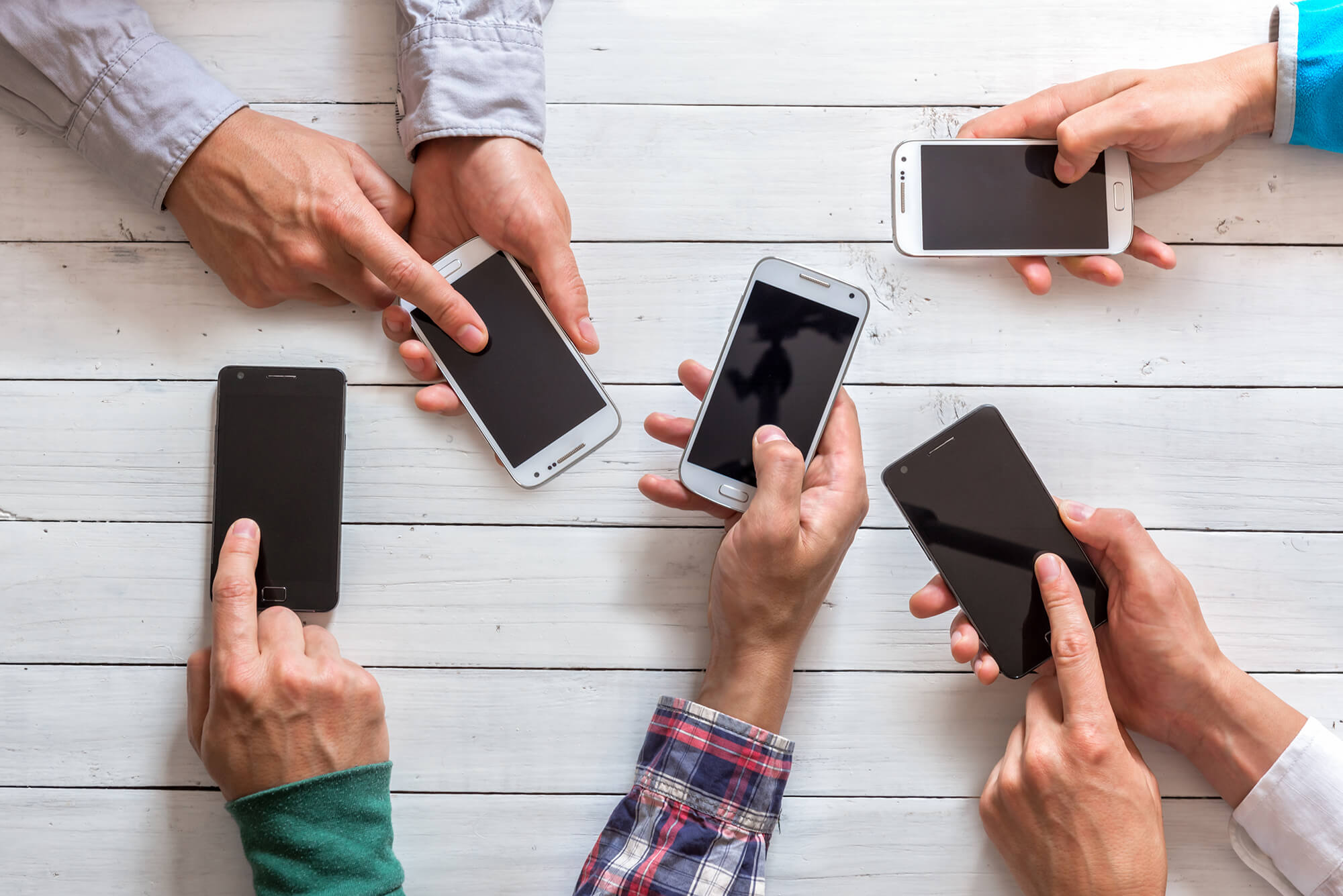 mobile-phones-in-friends-hand-PYBB33C